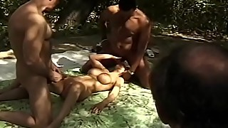 Outdoor 3some for a swinger milf