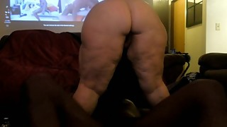 Wife shakes her phat ass-man